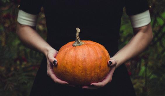 Halloween rispolvera il fascino (tutt'altro che spettrale) del nero. Profumi, soin e maquillage ne approfittano