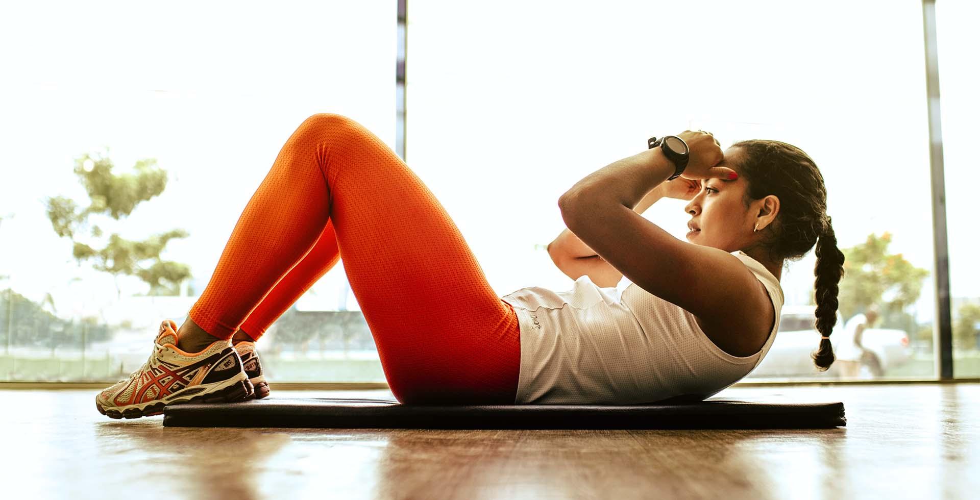 Ginnastica indoor: gli esercizi per allenarsi a casa sfruttando sedie, tavoli e manici di scopa