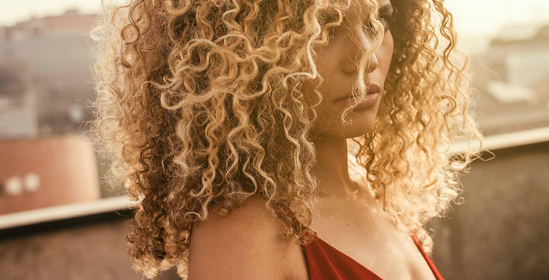 Curl power: l'eterna seduzione di ricci, onde e boccoli. Da creare, perfezionare, plasmare come piace a noi